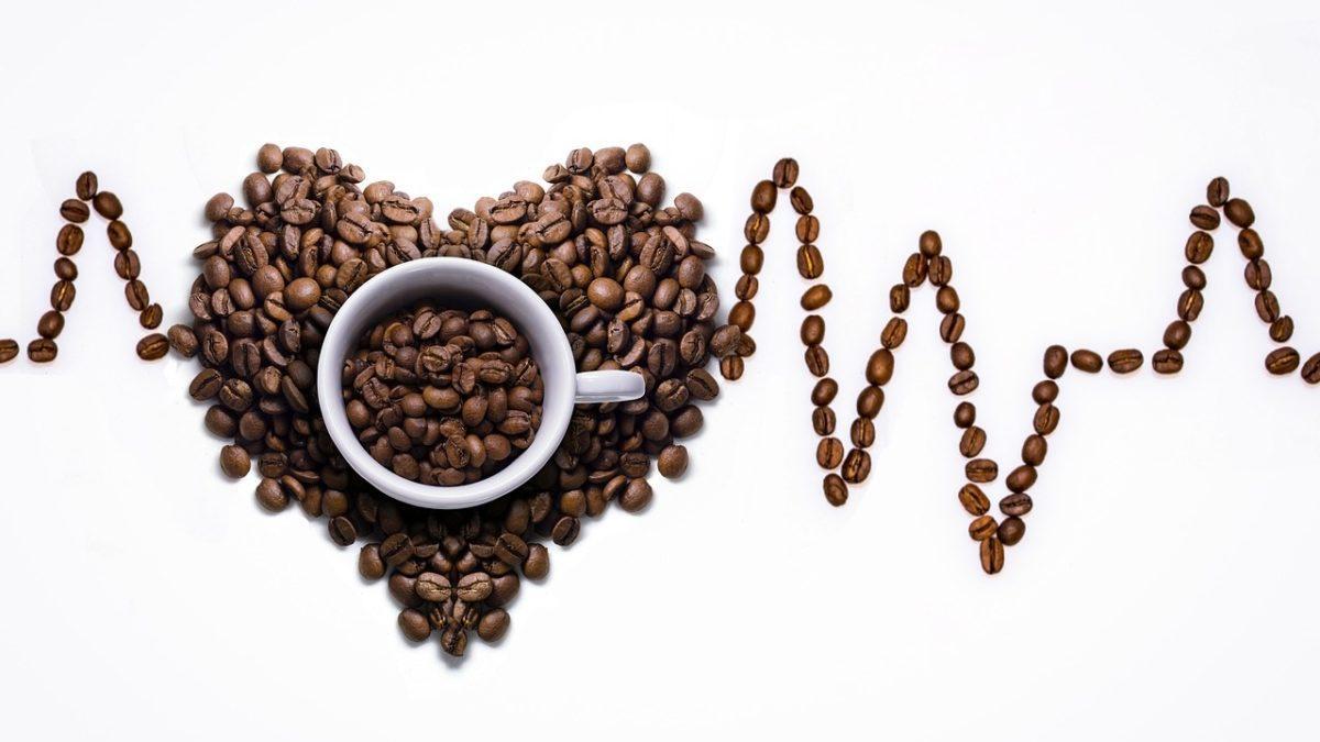 """Kofeina bezwodna – czy się różni od """"zwykłej"""" kofeiny?"""